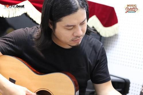 Thầy Doãn Việt Dũng _ Giảng viên bộ môn Guitar và là một trong những nghệ sĩ Guitar có tên tuổi biểu diễn ở nhiều chương trình quy mô lớn